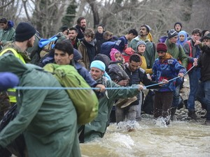 Macedonian police to return migrants after hundreds breach border